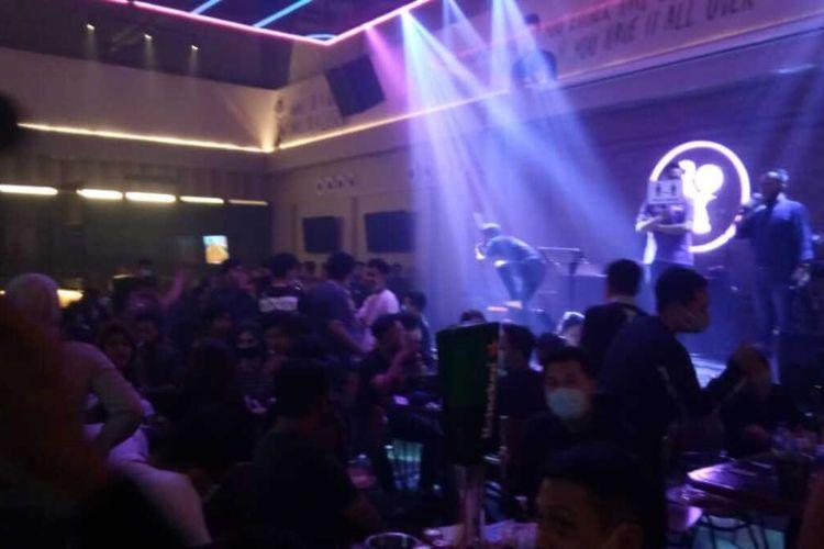 Diskotik Master Piece Jl Gunung Latimojong Makassar disesaki pengunjung dan digrebek oleh petugas gabungan, Sabtu (26/9/2020) malam.