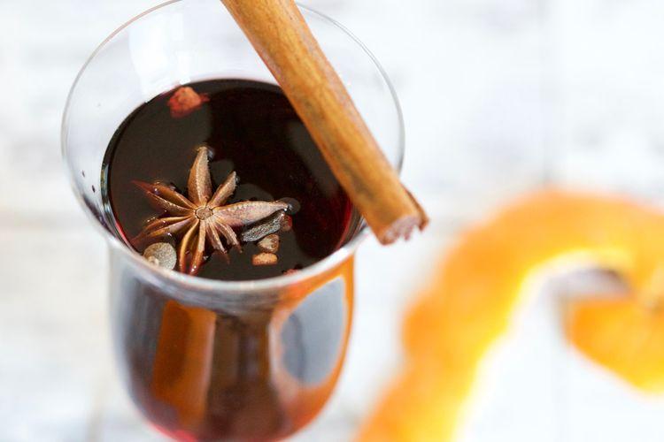 Ilustrasi minuman kayu manis dan rempah lain.