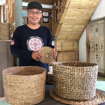 Pendiri Bening Saguling Foundation, Indra Darmawan (48) memperlihatkan kerajinan tangan dari eceng gondok.