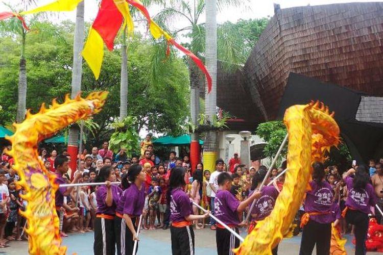 Perguruan Cetiya Kusala Cetana asal Banten menampilkan pertunjukan Liong dalam rangka libur Tahun Baru Imlek di Atlantis Water Adventure Taman Impian Jaya Ancol, Jakarta, Senin (8/2/2016).