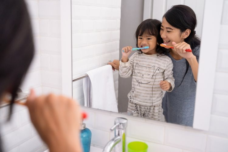 Ilustrasi ibu yang membimbing sang anak menggosok gigi