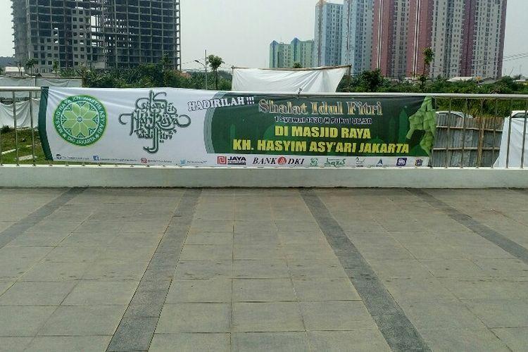 Banner berisi pengumuman akan diselenggarakannya Ibadah Salat Id terpampang di pagar Masjid Raya KH Hasyim Asyari, Jumat (23/6/2017).