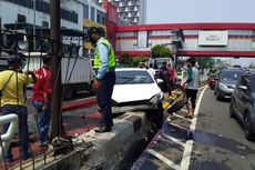 Pengemudi Yaris Tabrak Pembatas Jalan di Senen, Bodi Mobil Ringsek, Penumpang Terluka