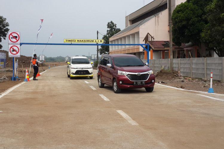 Kendaraan yang melintas di pintu keluar Tol Pandaan - Malang di Karanglo, Kecamatan Singosari, Kabupaten Malang, Minggu (10/6/2018)