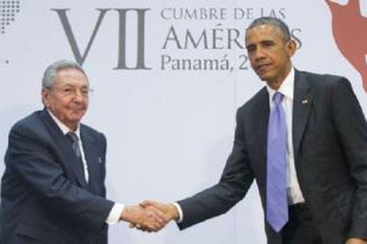 Presiden AS Barack Obama dan Presiden Kuba Raul Castro bertemu di sela-sela KTT Amerika di Panama City, 11 April 2015.