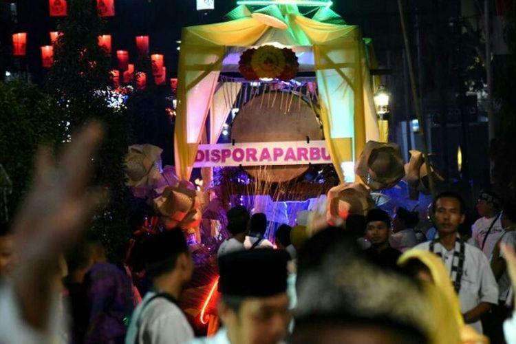 Berbagai elemen masyarakat muslim, mulai pelajar sampai warga dewasa di Purwakarta turun ke jalan melakukan pawai lampu petromak. Kemeriahan itu berlangsung  untuk menyambut datangnya bulan suci Ramadhan yang jatuh mulai Sabtu (27/5/2017).