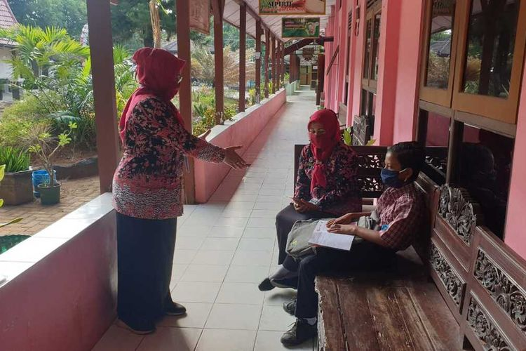 Dimas Ibnu Alias, siswa kelas VII Sekolah Menengah Pertama (SMP) Negeri I Rembang, Jawa Tengah saat masuk sekolah, Kamis (23/7/2020).