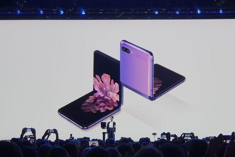 Penampakan Galaxy Z Flip ketika sedang dilipat 90 derajat.