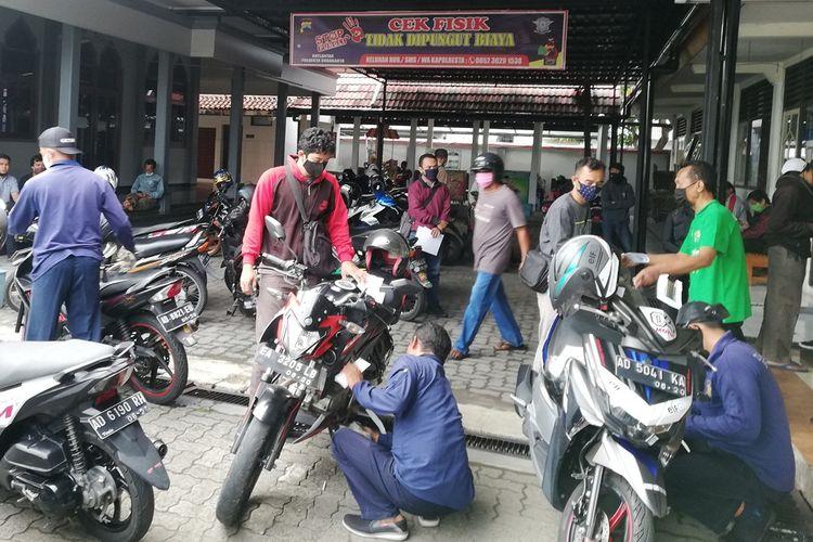 petugas melakukan cek fisik kendaraan yang pajak lima tahunan di Samsat Kota Solo
