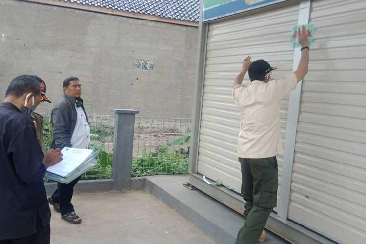 Petugas sedang menyegel bangunan SPBU mini produk asing yang selama ini menjamur di beberapa wilayah jalan protokol Kota Tasikmalaya, Senin (7/9/2020).