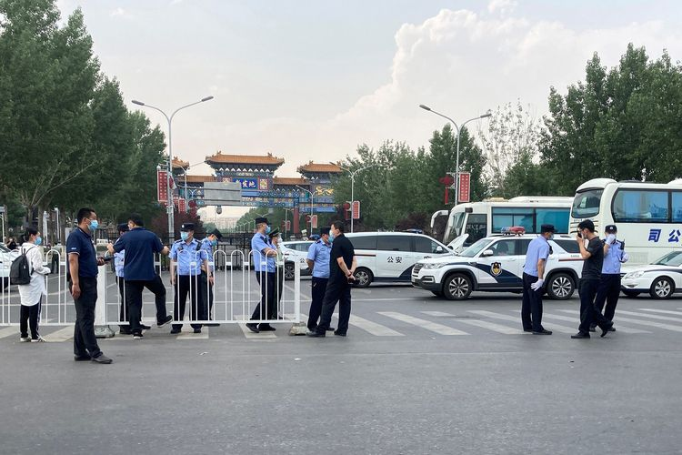 Polisi yang mengenakan masker terlihat di luar Pasar Grosir Xinfadi, yang ditutup karena adanya penyebaran baru virus corona, di Beijing, China, pada 13 Juni 2020.