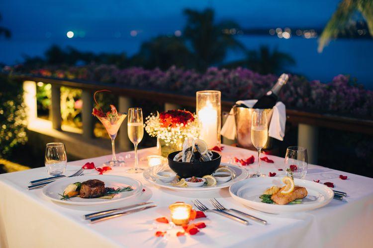 Ilustrasi makan malam romantis.