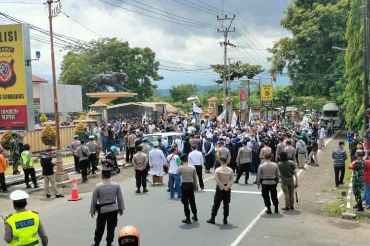 Massa aksi blokade akses jalan nasional penghubung Bandung-Cirebon, di depan Mapolres Sumedang, Kamis (17/12/2020) siang. AAM AMINULLAH/KOMPAS.com