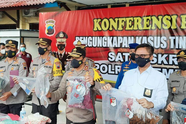 Polisi Tunjukkan Barang Bukti terkait Pembunuhan Satu Keluarga Seniman di Rembang