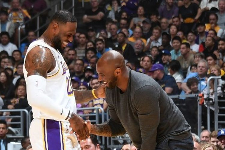 LeBron James (kiri) bersama Kobe Bryant (kanan) pada salah satu pertandingan LA Lakers dalam musim reguler NBA 2019-2020