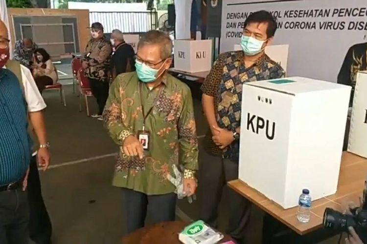 Foto tangkapan layar Direktur Jenderal Pencegahan dan Pengendalian Penyakit (P2P) Kementerian Kesehatan Achmad Yurianto mengikuti simulasi pemungutan suara Pilkada 2020 di Kantor KPU, Jakarta Pusat, Rabu (22/7/2020)
