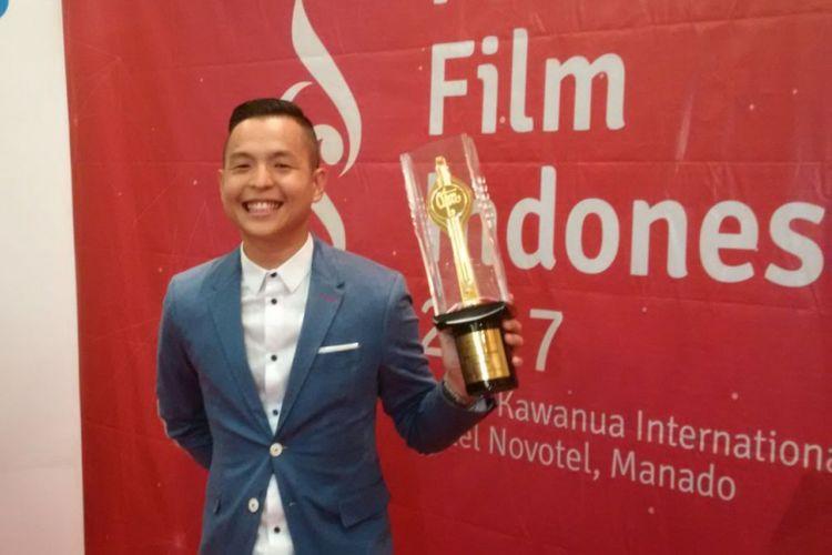 Ernest Prakaaa mendapatkan Piala Citra sebagai Penulis Skenario Asli Terbaik untuk film Cek Toko Sebelah pada Festival Film Indonesia (FFI) 2017, di Grand Kawanua International City, Manado, Sulawesi Utara, Sabtu (11/11/2017) malam.