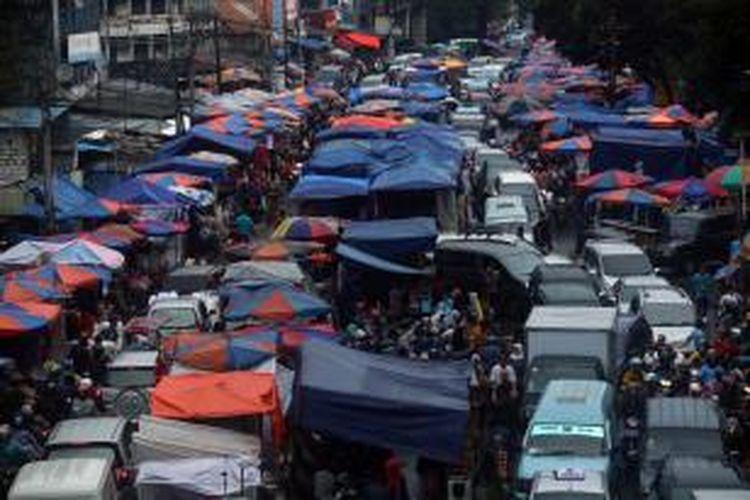 Meskipun telah dilakukan upaya penertiban terhadap pedagang kaki lima beberapa waktu lalu, kondisi kawasan Pasar Tanah Abang, Jakarta Pusat, kembali semrawut. Para pedagang kembali berjualan di jalan, Kamis (4/7/2013).