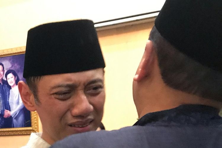 Putra Presiden keenam Republik Indonesia Susilo Bambang Yudhoyono, Agus Harimurti Yudhoyono, menerima sejumlah pelayat mendiang sang ibu, Ani Yudhoyono, di kediaman keluarga di Puri Cikeas, Sabtu (1/6/2019).