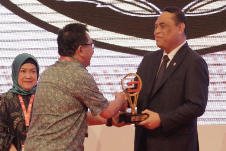 Menteri PAN-RB Syafruddin saat memberikan apresiasi kepada Pemerintah Kota Semarang sebagai Pengelola Laporan Terbaik di ajang International Public Service Forum 2018 yang berlangsung di Jakarta Convention Center, Kamis (8/11).