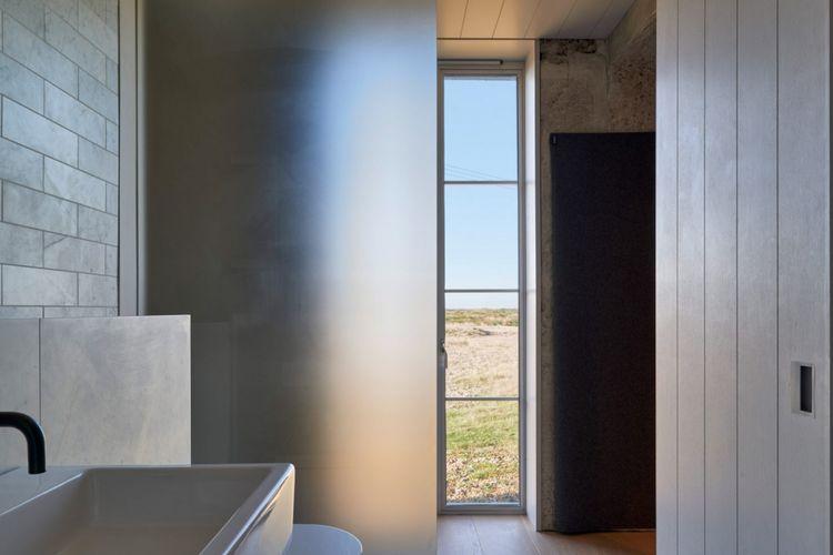 Sedangkan pintu papan lebar dari kayu ek berfungsi sebagai pemanis tampilan rumah