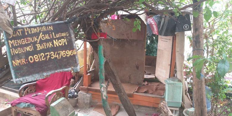 Pondok milik Nopi di TPU Kandang Kawat, Palembang yang merupakan salah satu tersangka kasus pembunuhan sadis terhadap Aprianita PNS Kementerian PU yang dibunuh lalu dicor oleh rekan kerjanya sendiri.