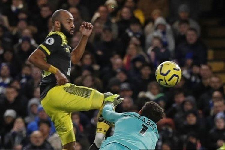 Kepa Arrizabalaga mencoba menghalau tendangan Nathan Redmond pada laga Boxing Day Liga Inggris 2019-2020, Chelsea vs Southampton di Stamford Bridge, Kamis (26/12/2019).