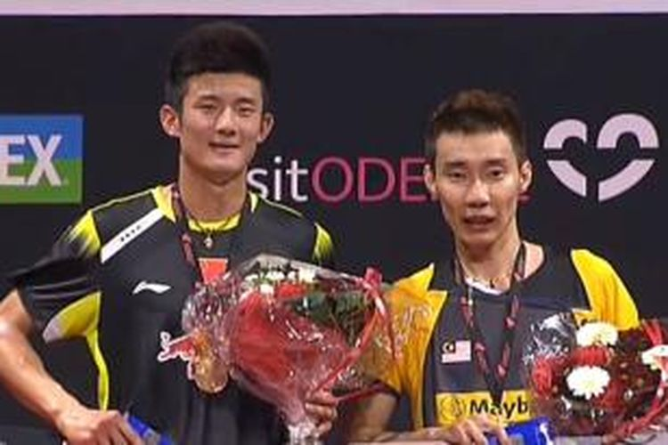 Tunggal putra China, Chen Long (kiri) menerima penghargaan gelar juara Yonex Denmark Open Superserier Premier 2013 bersama tunggal Malaysia, Lee Chong Wei, yang menjadi runner-up, di Odense, Minggu (20/10/2013).