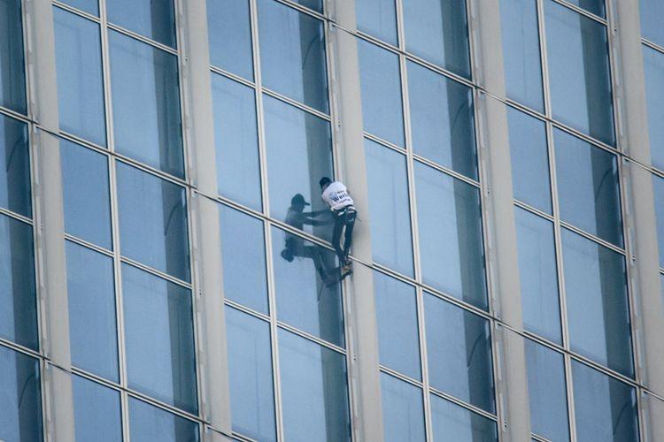 Pemanjat bebas asal Perancis, Alain Robert saat memanjat gedung bertingkat Lotte World Tower di Seoul, Rabu (6/6/2018).