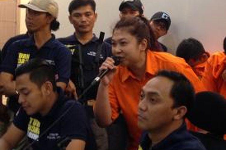 Novi (35), otak dari komplotan pemeras Yuan Ming Hsi, direktur asal Taiwan, dengan bersemangat berbicara alasan dirinya mau memeras Yuan sebesar Rp 10 miliar saat rilis pengungkapan kasusnya di Mapolda Metro Jaya, Sabtu (21/11/2015).