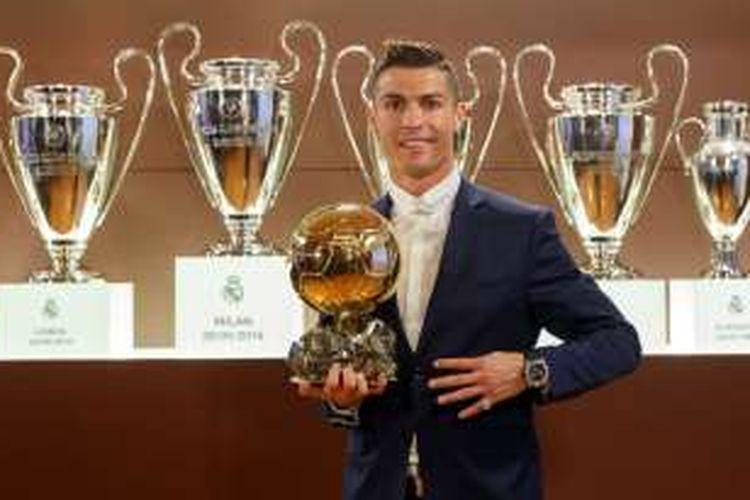 Foto yang dirilis pada 12 Desember 2016 oleh L'Equipe, yang memperlihatkan bintang Real Madrid asal Portugal, Cristiano Ronaldo, berpose dengan trofi Ballon d'Or France Football di Trophy Room stadion Santiago Bernabeu, Madrid. Cristiano Ronaldo dinobatkan sebagai pemenang Ballon d'Or 2016 pada 12 Desember 2016.