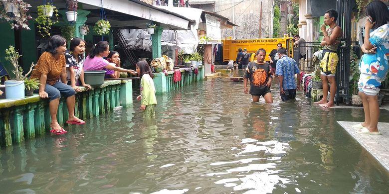 Warga Gang Subur Lama, Lingkungan 16 - 17, Kelurahan Kampung Baru, Kecamatan Medan Maimun menderita karena banjir tak kunjung surut sejak 1,5 bulan yang lalu. Puluhan rumah terendam dan sejumlah warga sudah mulai meninggalkan rumahnya.