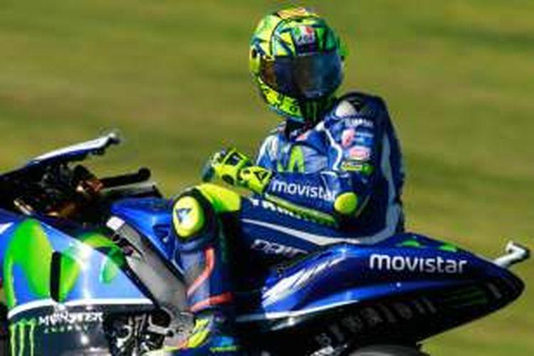 Pebalap Movistar Yamaha asal Italia, Valentino Rossi, bereaksi saat memacu motornya pada sesi pasca-musim di Sirkuit Ricardo Tormo, Valencia, Rabu (16/11/2016).