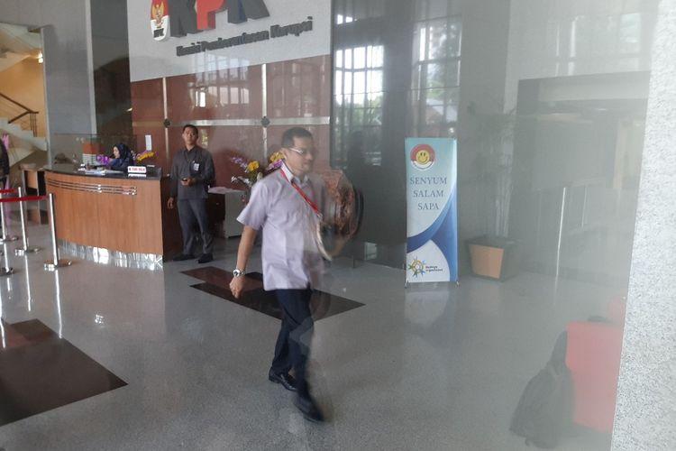 Mantan Menteri Dalam Negeri Gamawan Fauzi berjalan menuju ruang pemeriksaan di Gedung Merah Putih KPK, Senin (18/11/2019).
