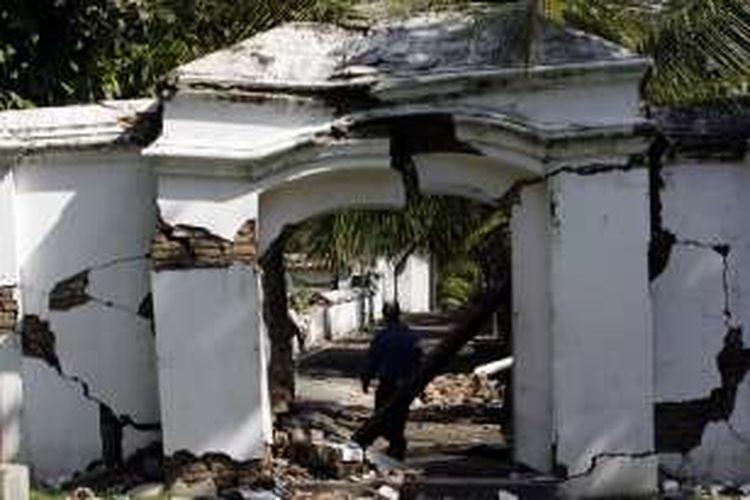 Gempa berkekuatan M 6,3 di Yogyakarta pada 27 Mei 2006 merusak sejumlah situs budaya, termasuk Makam Raja-raja Imogiri, Bantul. Dari kawasan timur makam kuno ini pun suara gemuruh dari bawah tanah itu bisa didengar.