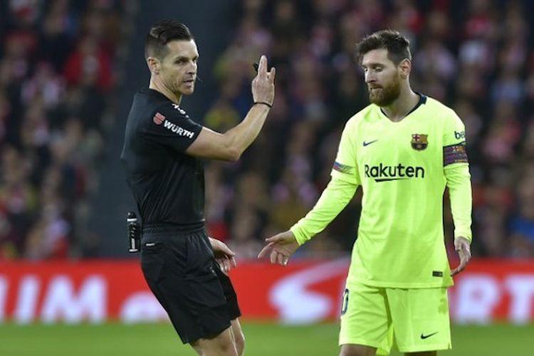 Wasit Carlos del Cerro Grande memberi instruksi kepada Lionel Messi pada pertandingan Athletic Bilbao vs Barcelona di Stadion San Mames dalam lanjutan La Liga Spanyol, 10 Februari 2019.