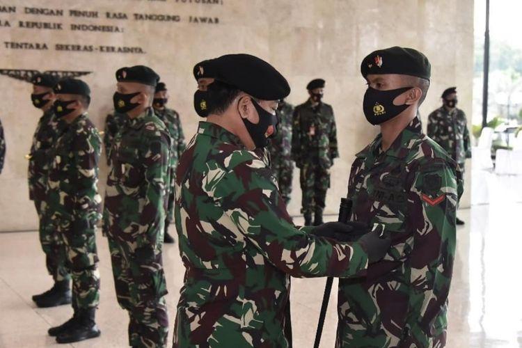 Panglima TNI Marsekal TNI Hadi Tjahjanto memberikan penghargaan Satya Lencana Wira Dharma kepada seorang prajurit TNI dari Batalyon Infanteri Raider 300/Brajawijaya yang berlangsung di Mabes TNI, Cilangkap Jakarta Timur, Rabu (12/8/2020).