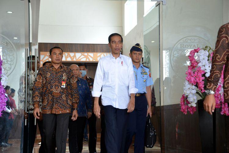 Presiden RI Joko Widodo bersama sejumlah menteri dalam kunjungannya di Kota Ternate dan Kabupaten Halmahera Tengah, Provinsi Maluku Utara, Senin (8/5/2017)