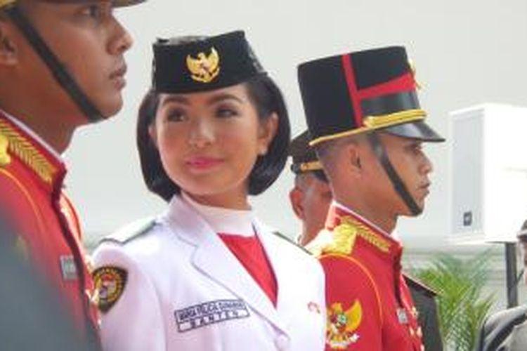 Paskibraka Maria Felicia Gunawan pembawa baki bendera pusaka HUT RI ke-70