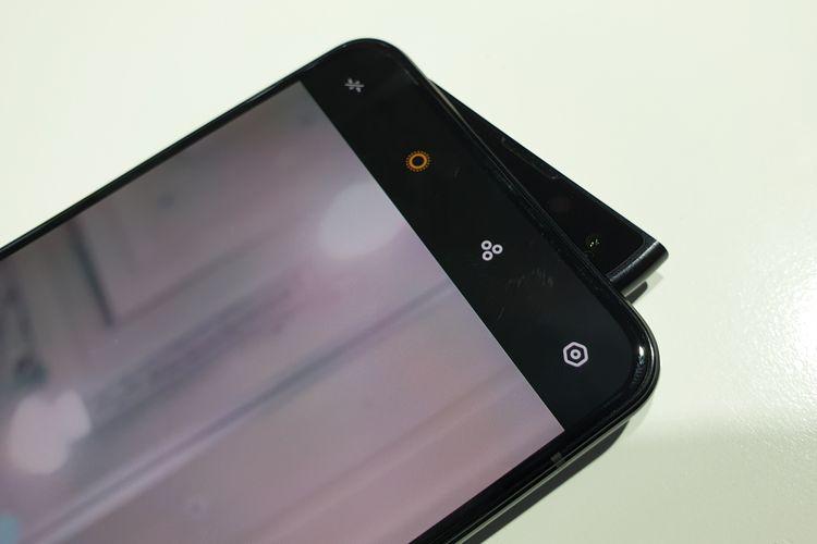 Oppo Reno 2 dengan kamera selfie menyembul seperti sirip hiu.