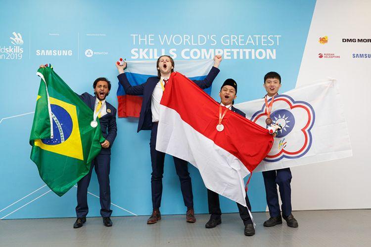 Perwakilan dari kontingen Indonesia dengan bangga mengangkat bendera merah putih pada ajang WSC 2019 yang digelar di Kazan, Rusia pada 22-17 Agustus 2019 lalu. (Dok. Kemendikbud)