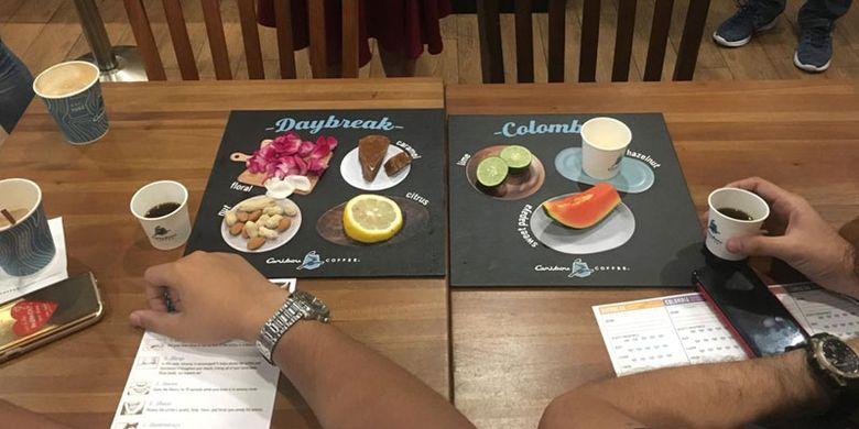 Aroma card berbentuk papan dengan penjelasan aroma lewat bahan segar yang disajikan. Sebanyak 18 peserta mengikuti kelas kopi bertema Spilling the Beans yang digelar Kompas.com bekerja sama dengan Caribou Coffee di Gedung Sarinah, Jakarta Pusat, Sabtu (7/4/2018).