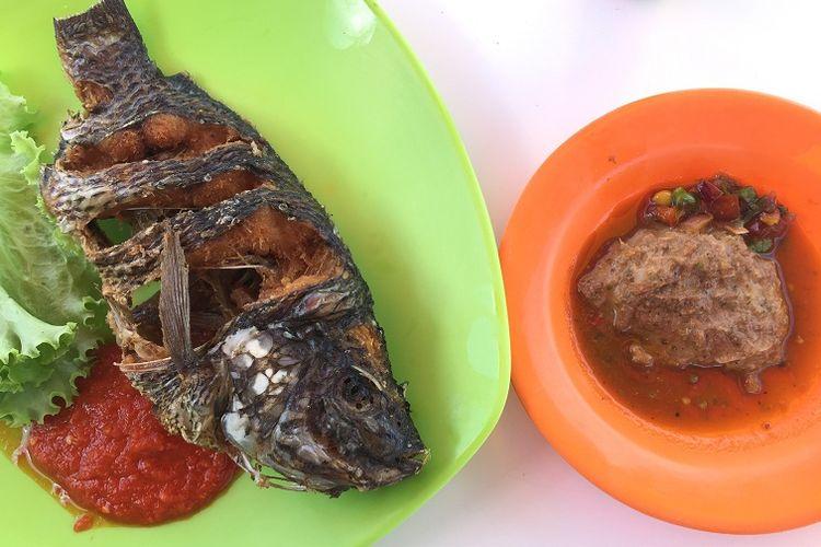 Makanan khas Batak dihidangkan dengan ikan goreng mas