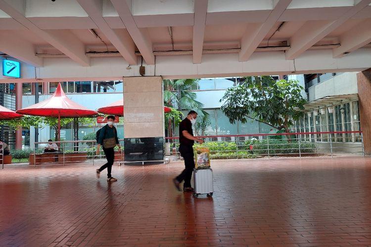 Sejumlah penumpang pesawat yang baru saja mendarat di Terminal 2 Bandara Soekarno-Hatta, Kota Tangerang, pada hari terakhir larangan mudik Lebaran 2021, Senin (17/5/2021).