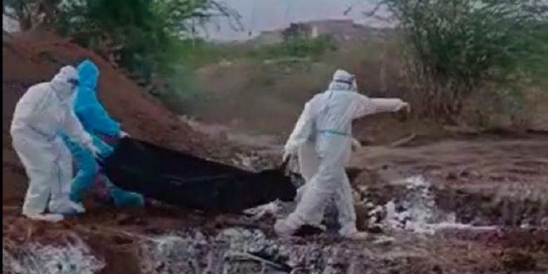 Potongan tayangan video memperlihatkan petugas di Karnataka, India, membuang begitu saja jenazah korban Covid-19 ke lubang. Pejabat setempat meminta maaf setelah video tersebut viral.