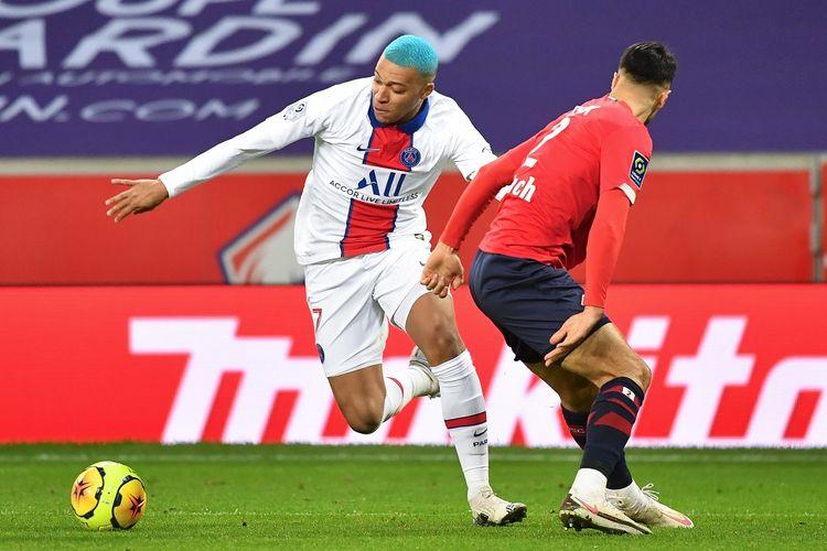 Penyerang PSG, Kylian Mbappe (kiri), berusaha melewati bek OSC Lille, Zeki Celik, pada laga lanjutan pekan ke-16 Liga Perancis di Stadion Pierre-Mauroy, Senin (21/12/2020) dini hari WIB.