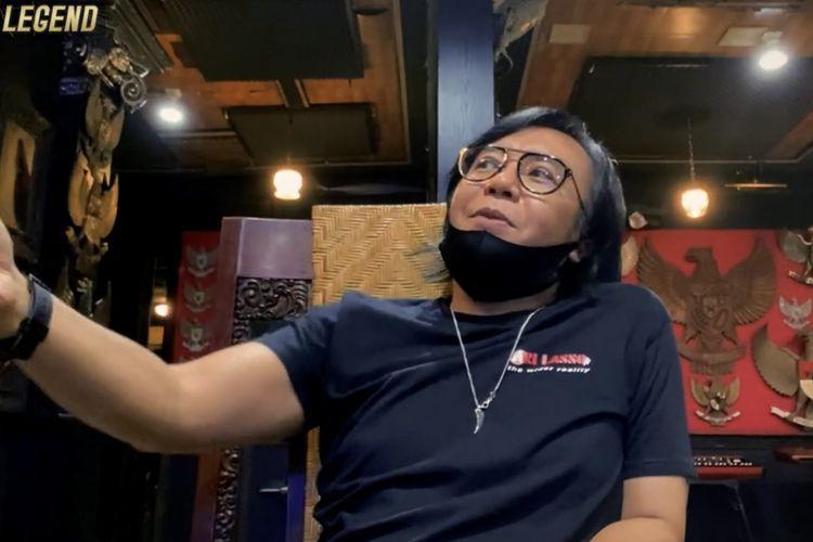 Ari Lasso tengah berbincang soal rekaman Dewa 19 pertama kali. (Bidikan layar YouTube Video Legend).