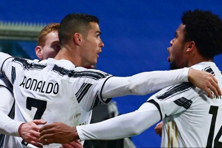 Cristiano Ronaldo mencetak gol dalam laga Juventus vs Napoli di pentas Piala Super Italia di Stadion Mapei, Kamis (21/1/2021) dini hari WIB. Gol tersebut membuat dirinyas sebagai pemain tersubur di dunia dengan 760 gol.