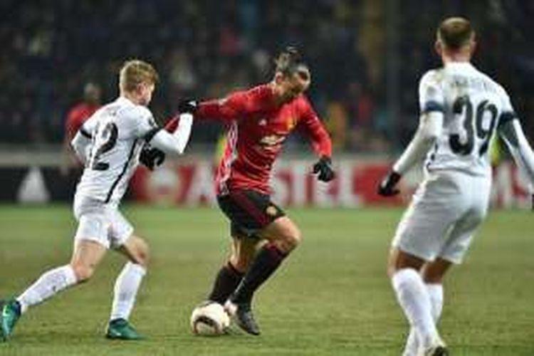 Penyerang Manchester United, Zlatan Ibrahimovic, mencoba menerobos pertahanan FC Zorya pada laga Liga Europa di Luhansk, Kamis (8/12/2016).