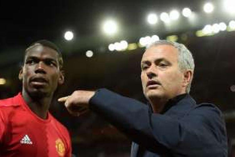 Manajer Manchester United, Jose Mourinho (kanan), menunjuk ke arah pemainnya, Paul Pogba, saat laga penyisihan grup Liga Europa kontra Zorya Luhansk di Stadion Old Trafford, Kamis (29/9/2016) waktu setempat.
